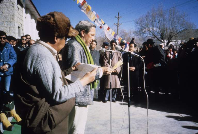 Rauschenberg and a Tibetan official at the opening ceremony for ROCI TIBET
